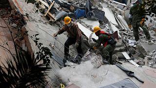 В Мексике спасают выживших