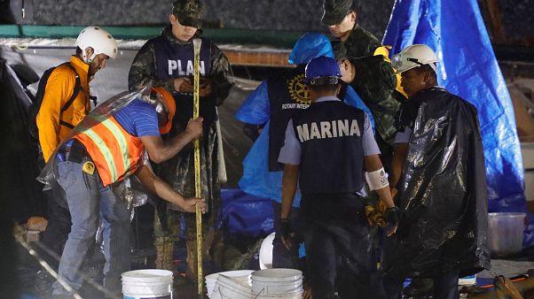 Mexican rescuers race to reach schoolgirl quake survivors