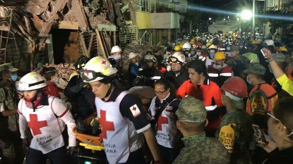 """Al son de """"Cielito lindo"""", los voluntarios animan los esfuerzos de rescate en México"""