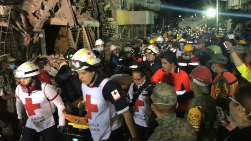 Mexico earthquake: Volunteers break into moving song during rescue efforts
