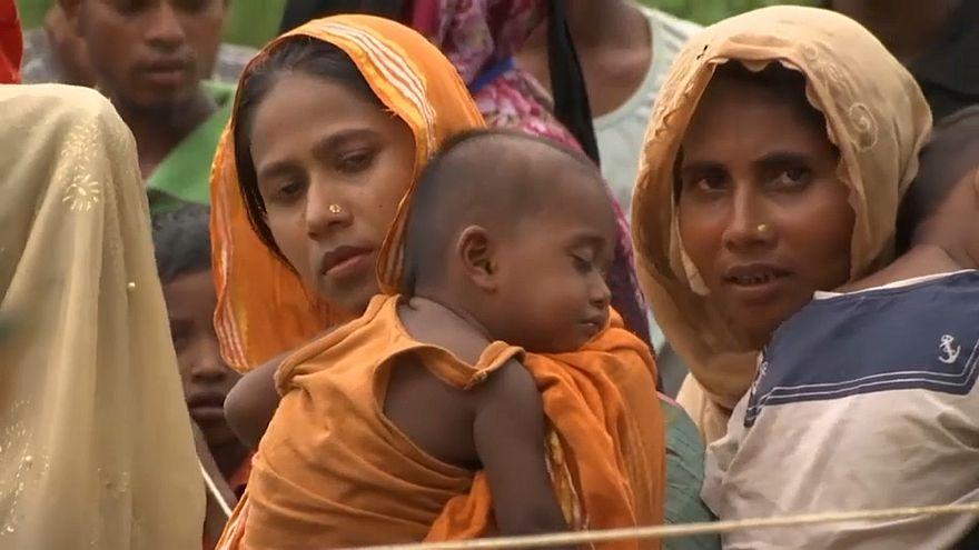 لاجئو الروهينغا ينتظرون معونات الإغاثة بمخيمهم في بنغلادش
