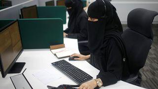 منع شيخ سعودي من الخطابة لقوله إن المرأة بنصف عقل وإذا ذهبت للتسوّق تبقى بربع فقط!