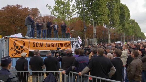 Glifosato, gli agricoltori francesi bloccano gli Champs-Elysées