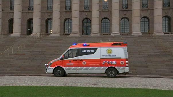 طالبا لجوء يحاولان الانتحار طعنا بالسكين أمام مبنى البرلمان في فنلندا