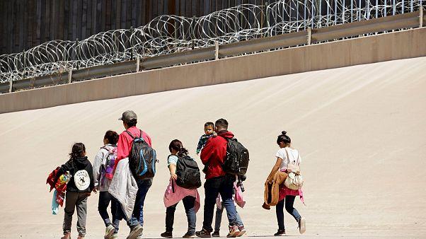 Image: Migrants walk near the border between Ciudad Juarez, Mexico, and El