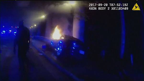 US cops rescue people trapped inside burning car