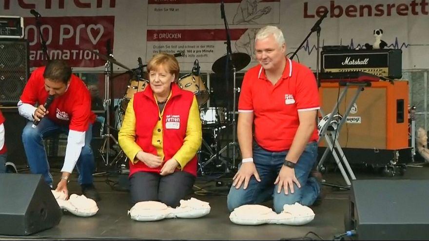 Angela Merkel rianima un fantoccio al ritmo dei Bee Gee's