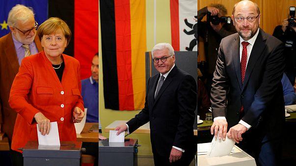 Merkel y Schulz votan
