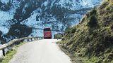 Österreich: Fahrgast (65) bremst Reisebus vor Absturz