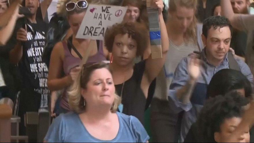 Várias detenções em protesto contra a absolvição de polícia branco