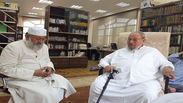 القرضاوي ينشر صورا مع داعية هندي طردته عُمان بسبب تطاوله على السعودية