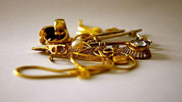 حاول تهريب كيلوغرام من الذهب في مؤخرته.. فوقع في قبضة الشرطة