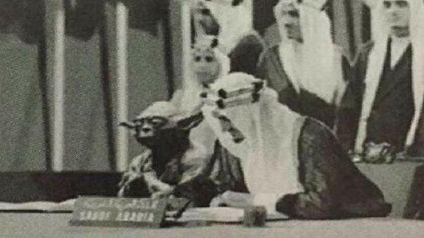 اقالة مسؤول في وزارة التعليم السعودي بسبب صورة للملك فيصل إلى جانب كائن فضائي