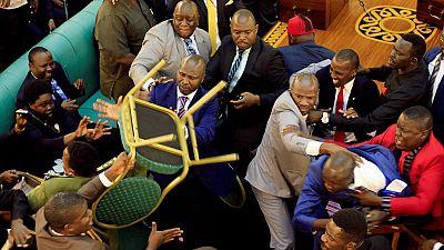 Ouganda : bagarre générale au Parlement lors du débat sur la motion de la limite d'âge du président