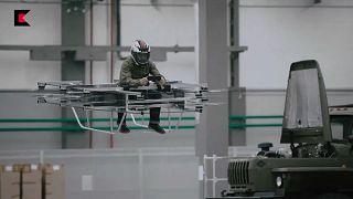 """Kalashnikov presenta su """"moto voladora"""""""