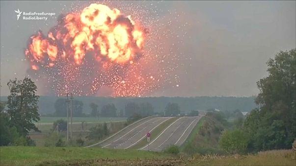 شاهد: ذخيرة من ترسانة الجيش الأوكراني تغدو شظايا