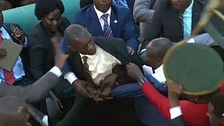 Prügelnde Abgeordnete im Parlament in Kampala