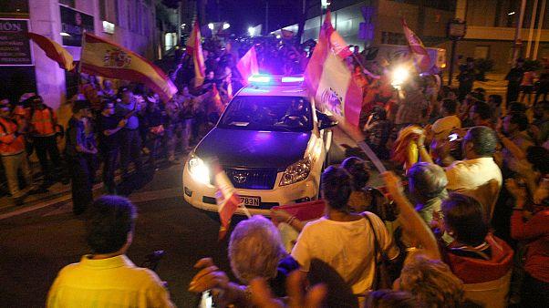 """Referendum catalano, nazionalisti spagnoli salutano la polizia in partenza: """"Non siete soli"""""""