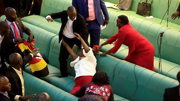 عراك عنيف بين نواب في البرلمان بسبب مشروع قانون الرئاسة