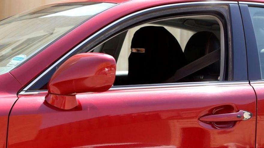 فتاة سعودية تتفوق على سائقها الخاص في قيادة السيارة
