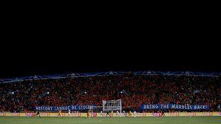 Τσάμπιονς Λιγκ: Οι οπαδοί του ΑΠΟΕΛ σήκωσαν πανό: «Φέρτε τα μάρμαρα πίσω»