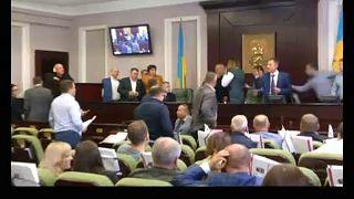 """برلماني أوكراني يسقط زميله..""""بالضربة القاضية""""!"""