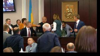 Deputados ucranianos envolvem-se em cena de pancadaria