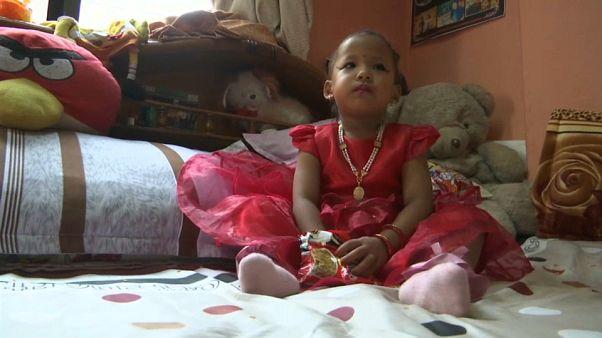 بالفيديو: طفلة في الثالثة من العمر تتحول إلى إلهة في نيبال