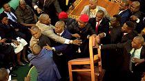 Ouganda : scène de bagarre générale au Parlement [no comment]