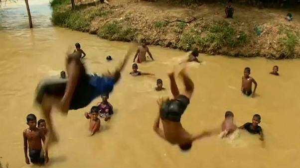 Rohingya-Kinder baden in Bangladesch