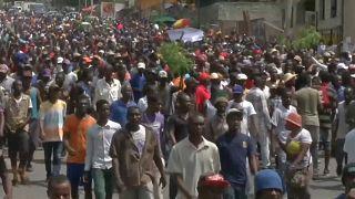 Οι Αϊτινοί στους δρόμους κατά της φορολογίας