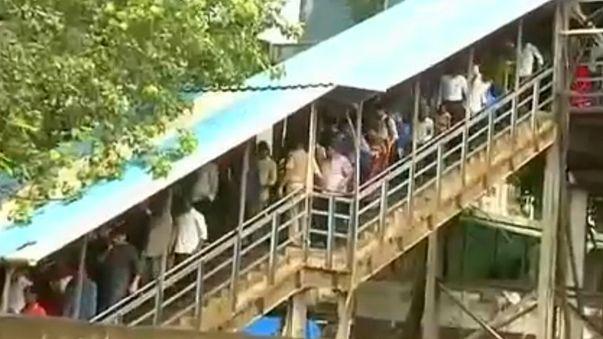 Tömegpánik az indiai vasútállomáson