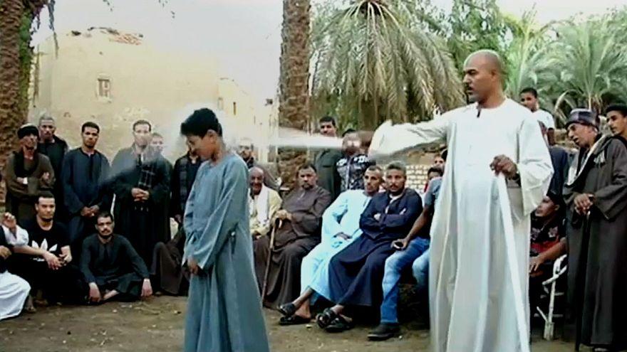 پدر مصری در معرکه گیری به پسر هشت ساله خود شیشه می خوراند