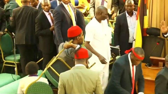 شاهد: سياسة اللكمات والركلات في برلمان أوغندا