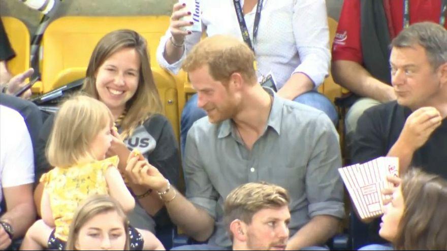 """طفلة صغيرة """"تسرق"""" البوب كورن من الأمير هاري"""