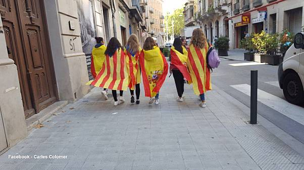 6 Mädchen mit Fahnen von Katalonien und Spanien - Welche Geschichte steckt dahinter?