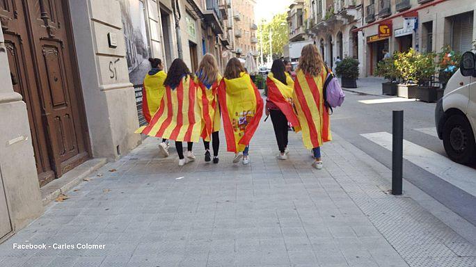 La historia detrás de la foto de las chicas con banderas catalanas y españolas
