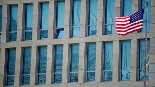 أمريكا تخفض عدد موظفي سفارتها في كوبا وتحذر مواطنيها من الزيارة