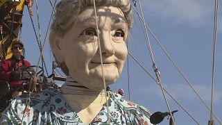 Riesige Oma rollt durch Genf
