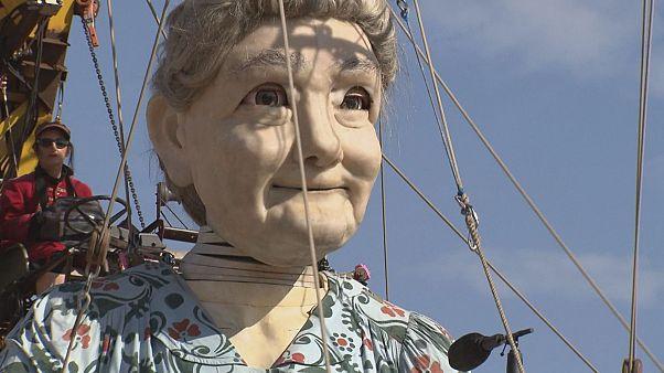 الجدة العملاقة وحفيدتها تتجولان في شوارع جنيف
