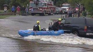 Il suv è fermo in acqua: i pompieri in gommone salvano la conducente