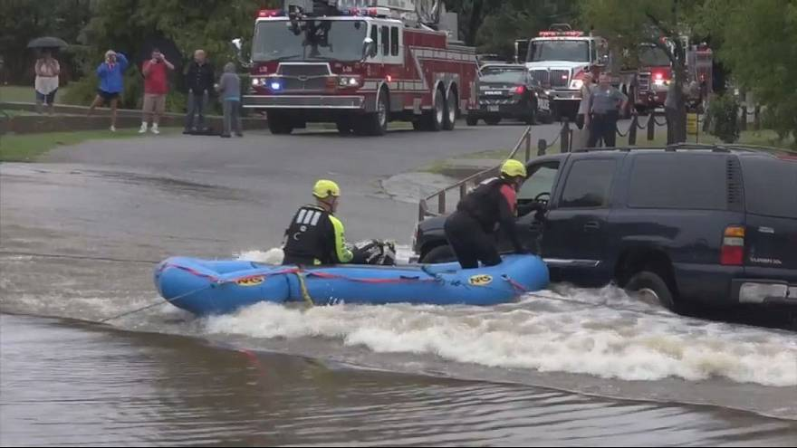 Veículo com mulher a bordo arrastado por inundação