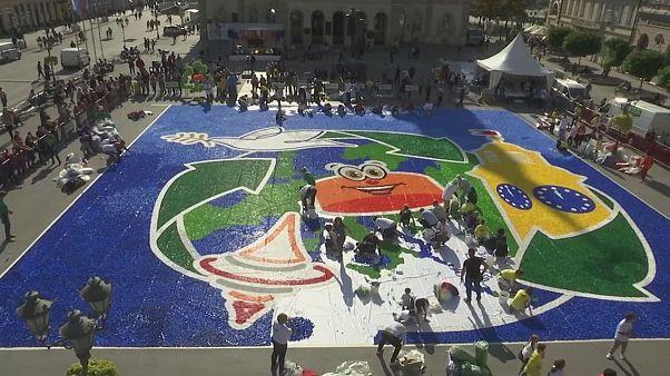 Mosaico gigante de plástico pelo planeta e pelas crianças deficientes