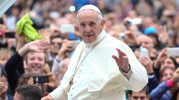البابا يضع سوار تعريف يستخدمه اللاجئون ويدعو الحكومات لمساعدة المهاجرين