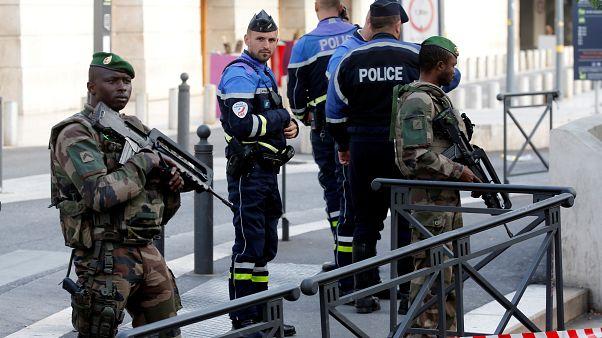 Lelőttek egy férfit Marseille-ben, miután két embert halálra késelt