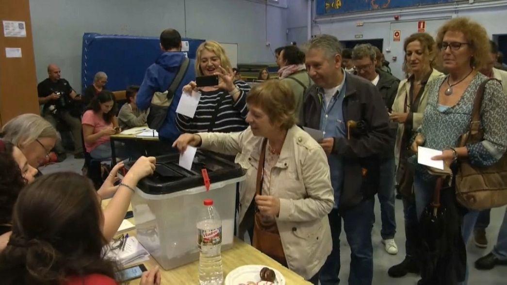 Katalonya referandumu: Polis şiddetine rağmen oy verme işlemi sürüyor