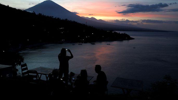 Indonesia: attesa per l'eruzione del vulcano Agung, 140.000 evacuati