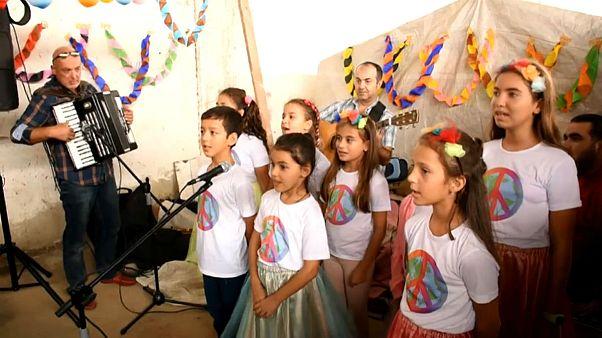 Göçmen çocuklar için barış korosu