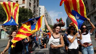 Καταλονία: «Θέλουμε ανεξαρτησία και όχι βία» φωνάζουν οι διαδηλωτές