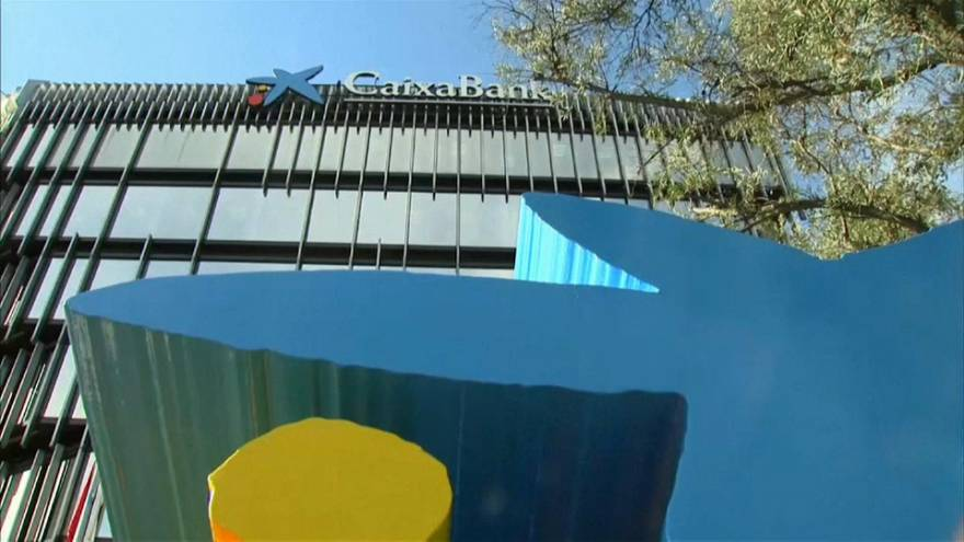 """""""Nada que temer"""", dice de Guindos a los clientes de bancos catalanes"""